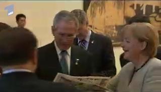 Merkel zeigt Bush ein Werbeblatt