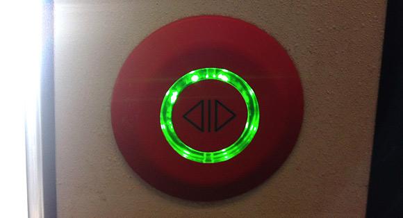 Türöffner einer S-Bahn, mit grün leuchtendem Ring