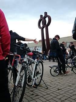 Critical Mass versammelt sich vor den Deichtorhallen