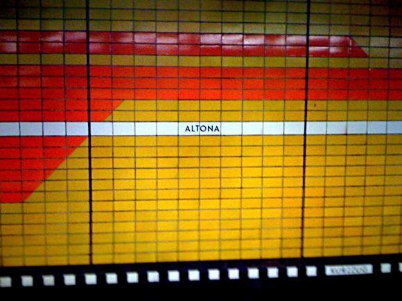 altes Bild des Altonaer Bahnhofs mit orangenen Fliesen