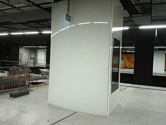 eine Säule im neuen Altonaer Bahnhof - weiß mit hellgrauer Schrift